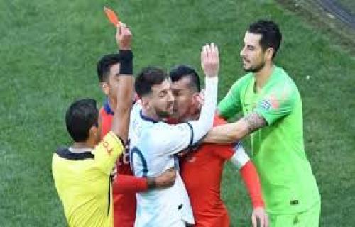 Lionel Messi terkena Kartu Merah